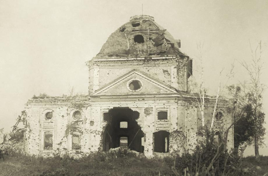 Церковь после освобождения села от немецких захватчиков. 1943. Фото М.А. Ильина. МУАР