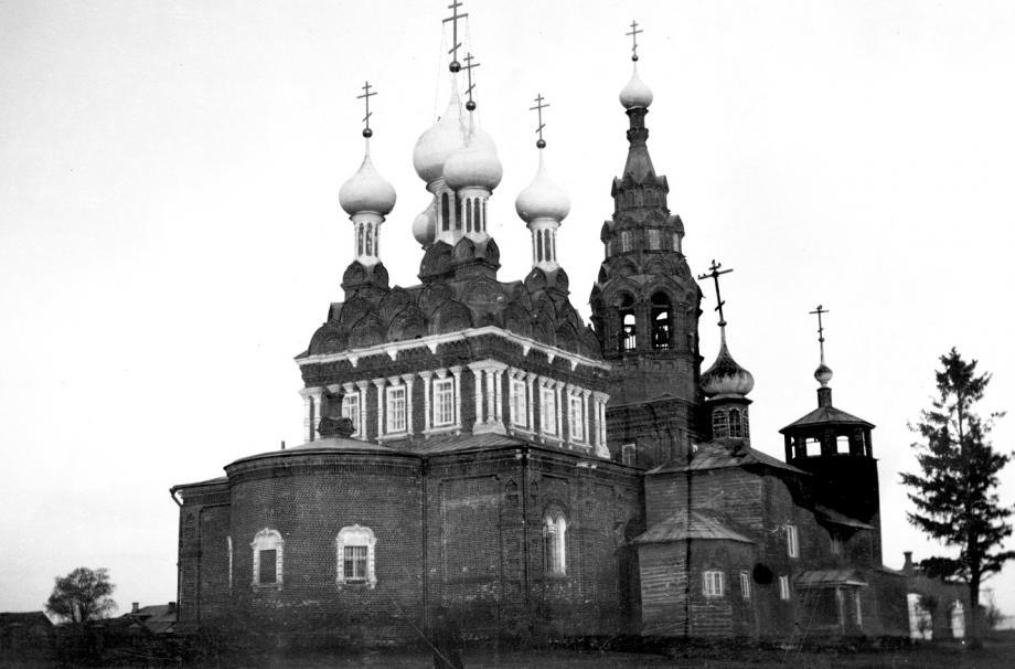 Каменная Введенская церковь (1904-1906) и деревянный Введенский храм (XVI век) в Котове.  1916. ИИМК (Публикуется впервые)