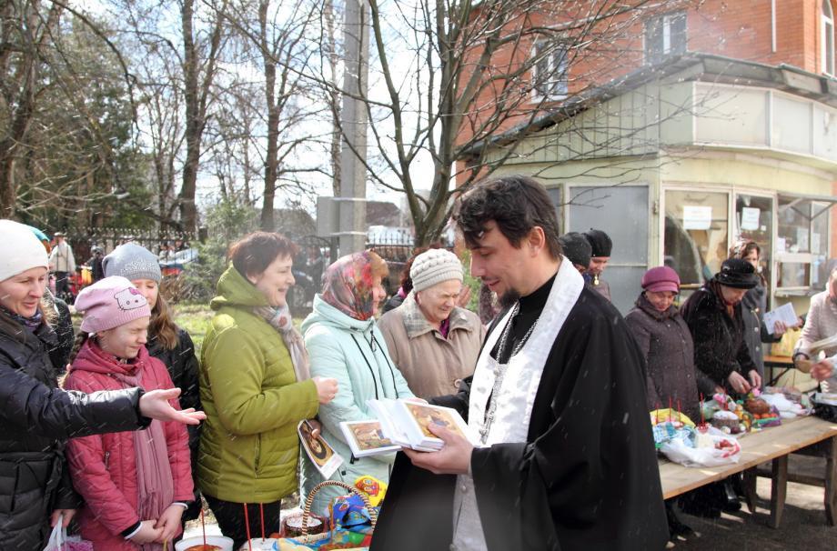 Раздача книг в рамках акции