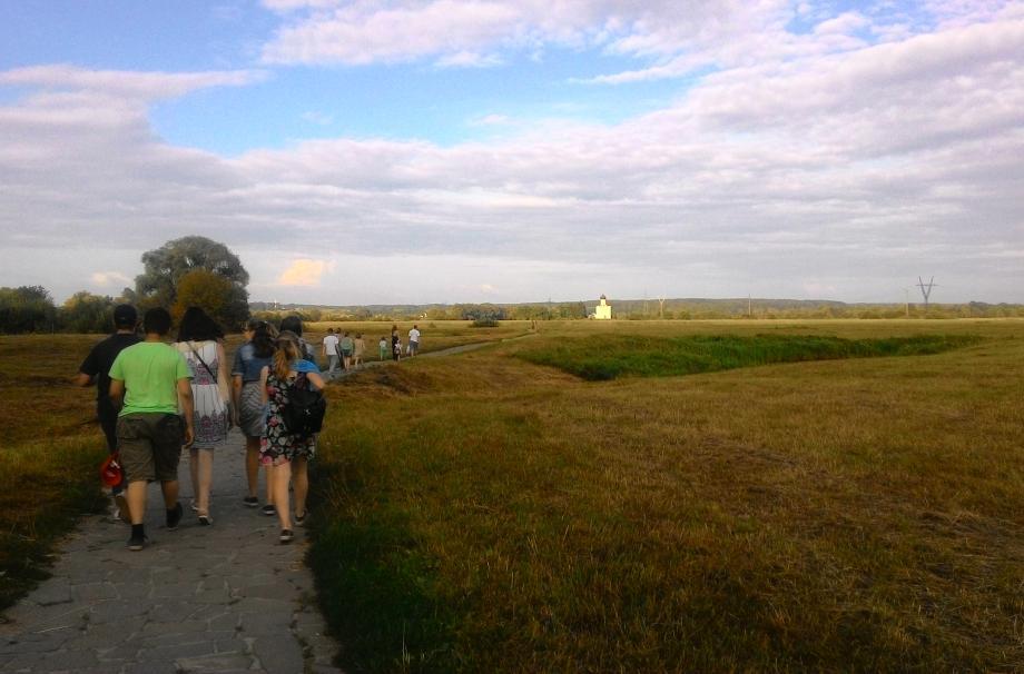 По дороге к храму Покрова на Нерли